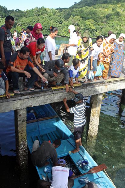 Fischer verkaufen Fang direkt aus dem Boot