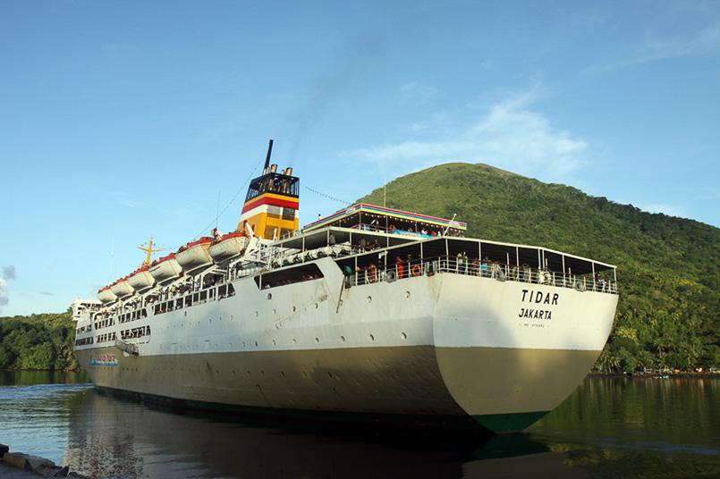 großes Pelnischiff beim Wenden im Hafen der Bandas