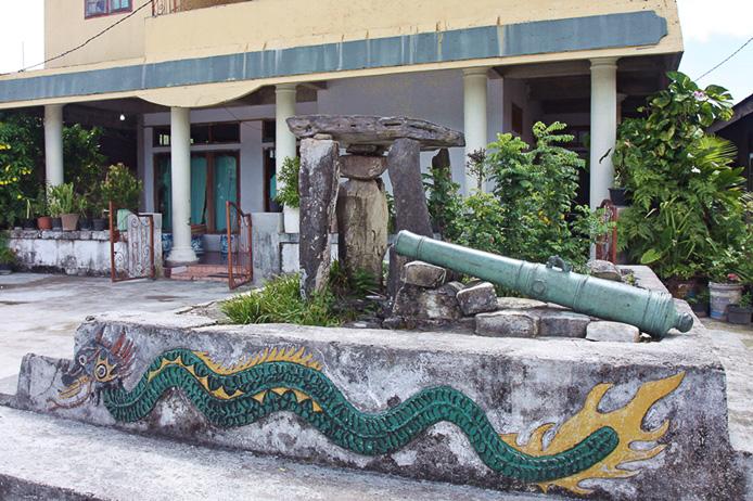 Steinaltar von Waur mit alter hölländischer Kanone