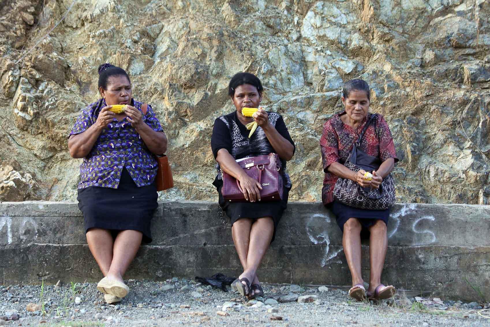 3 damen vom straßenrand