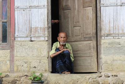 Älterer Herr in der Nähe von Moni