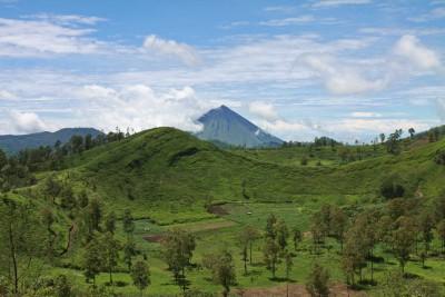 Blick vom Wawomuda-Vulkan zum Inerie-Vulkan