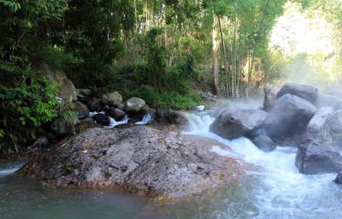 Heiße Quellen-rechts heißer und links kalter Fluß