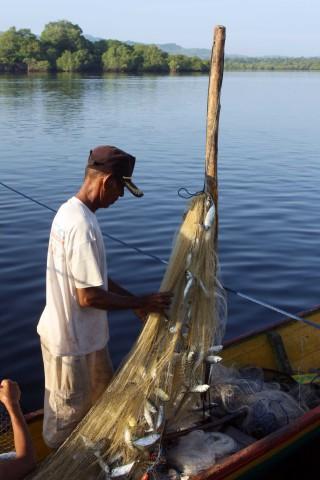 Fischer nach der Rückkehr am frühen Morgen in Baranusa