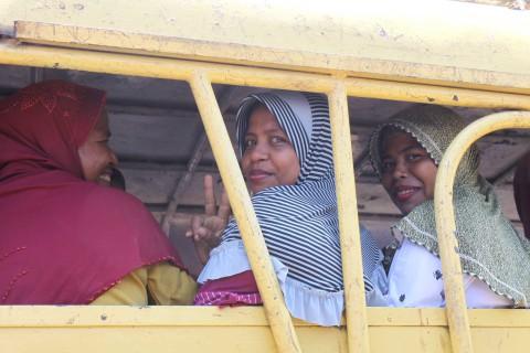 Frauen auf dem Weg nach Hause