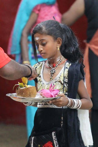 Indian Girl in Hindu-Tempel